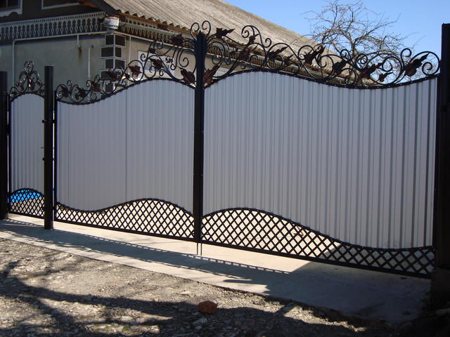 Профлист – универсальный материал. Сегодня он используется во многих сферах строительных, отделочных и реставрационных работ