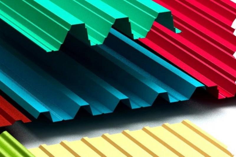 Если же рассматривать профнастил в разрезе, то металлический слой материала с двух сторон покрыт четырьмя слоями – антикоррозийное покрытие, пассивационный слой, грунт и полимеры