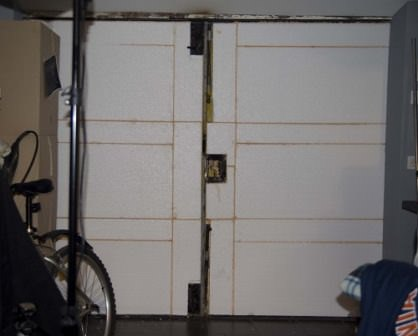 Утепляем ворота гаража пенопластом и обшиваем их наиболее подходящим материалом