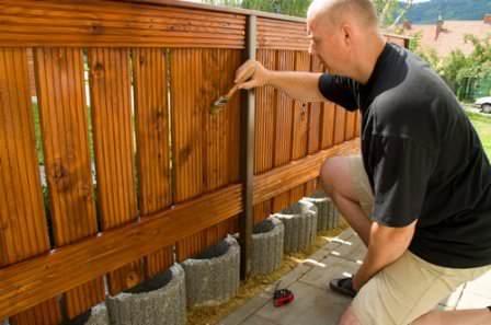 Приводим в порядок старенький деревянный забор: ремонт и обновление краски