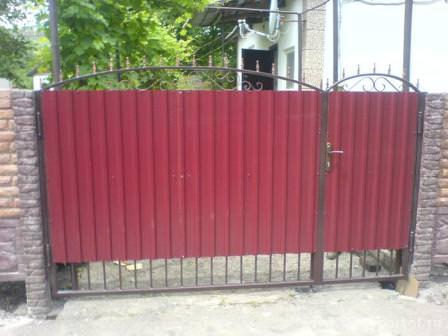 Изучая дачный забор для ремонта, обратите внимание на калитку и ворота!