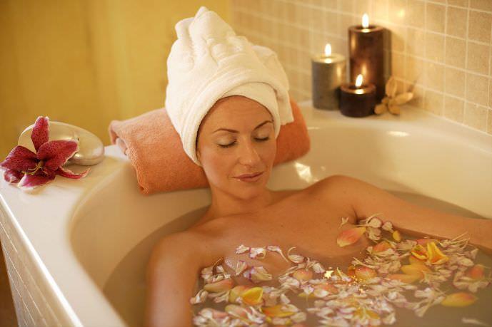 Ванны на основе коры жимолости помогают при подагре, ревматизме и прочих заболеваниях кожи