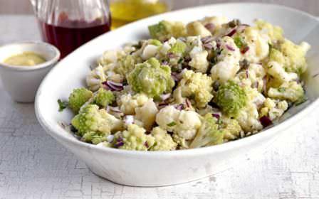 В отличие от цветной капусты или брокколи соцветия романеско не горчат. Есть различные рецепты применения культуры – капусту жарят, бланшируют, запекают, добавляют в суп