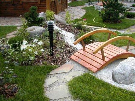 Интересные дополнения садовой аллеи: мостик через ручей, садовые фигуры, фонари