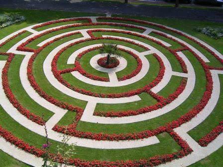 Лабиринты бывают разных видов, например, гармоничной частью пейзажного сада станет фантазийный или цветочный лабиринт