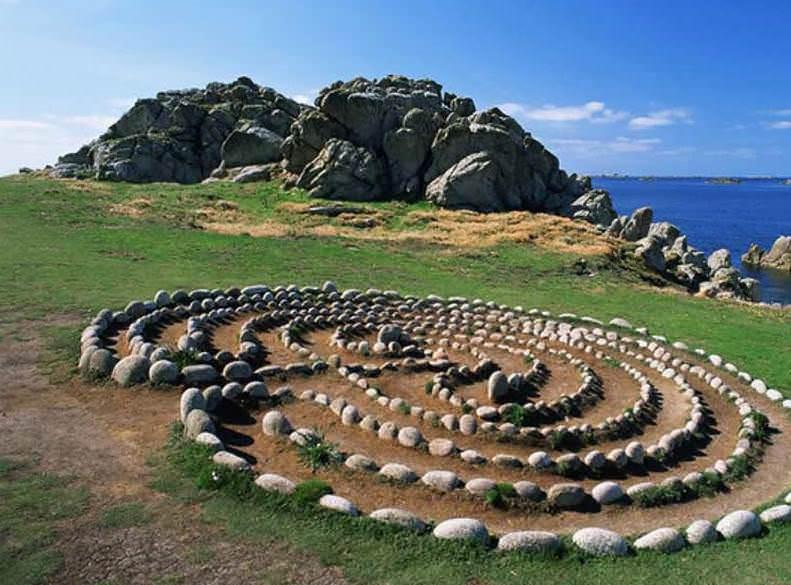 Свое обаяние имеет и лабиринт из камней, напоминающий руины некогда величественных культовых построек