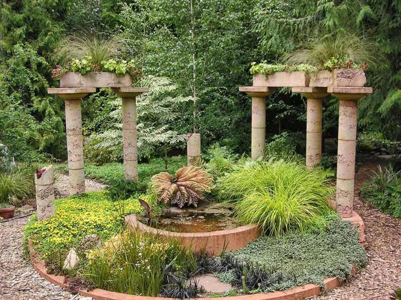 Сад в средиземноморском стиле похож на южные города с их очаровательными небольшими улочками, усаженными приятно пахнущей зеленью, красивыми и уютными террасами