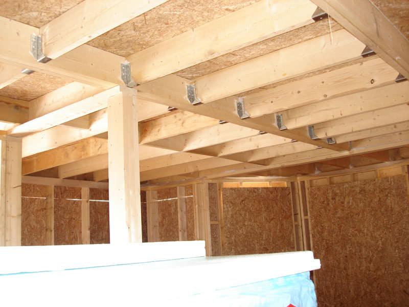 Возведение каркасного сарая происходит в несколько этапов – заливка фундамента, монтаж основания, монтаж каркаса и несущих, обшивка и крыша, отделочные работы