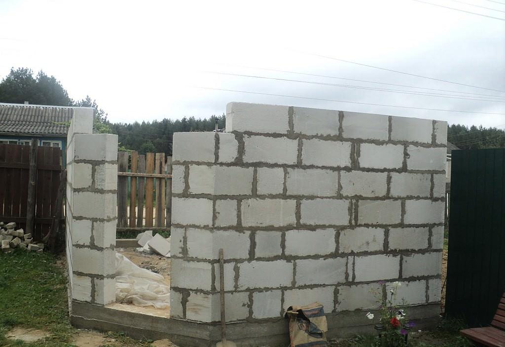 Построить сарай на даче из пеноблоков можно и самостоятельно, но вот использовать для этого силы и навыки наемных мастеров, было бы намного правильнее