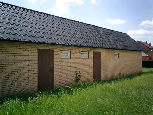 Кирпичный — самый популярный и востребованный вариант, который применяется практически в половине случаев постройки сараев на даче