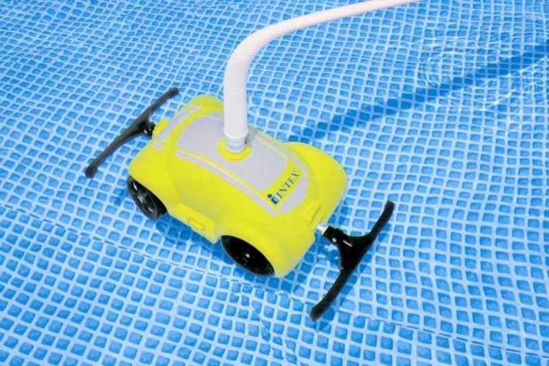 Чтобы сохранить воду в бассейне чистой необходимо пользоваться специальным пылесосом