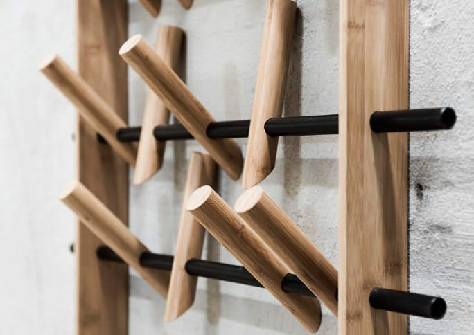 Выполнить эко-вешалку можно из деревянных палок
