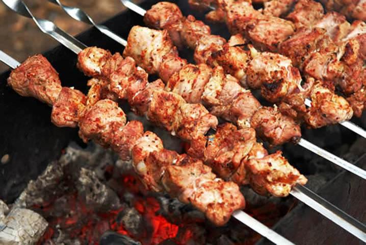 Ряд кулинаров говорит, что соль вредит мясу. Поэтому солят свинину только перед подачей на стол