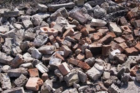 Битый кирпич, камень и бетон для работ на территории дачи