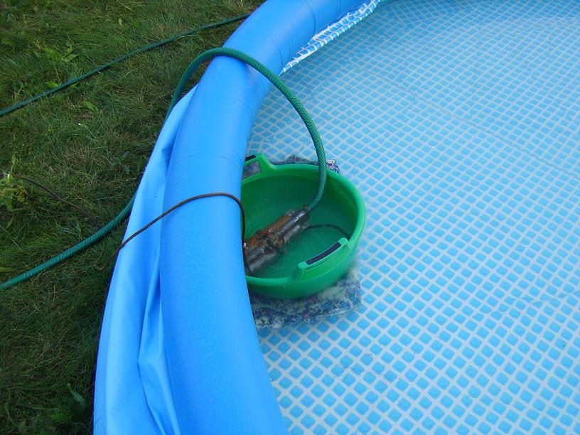 При использовании небольших бассейнов, например каркасных или вообще детских надувных, слив часто происходит просто на огород или в сад