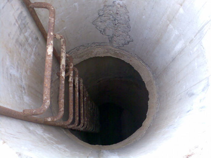 Металлические лестницы для колодцев подвержены воздействию коррозии, поэтому стоит покрывать их краской или лаком