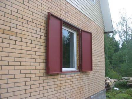 Металлические ставни — лучший способ одновременно украсить и защитить дачный дом