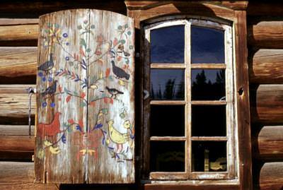 Резные одностворчатые ставни старого типа для дачного дома