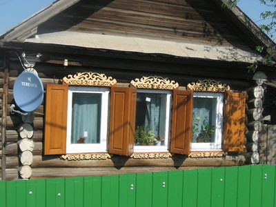 Деревянные ставни на дачный дом классического типа, которые полностью преображают сооружение