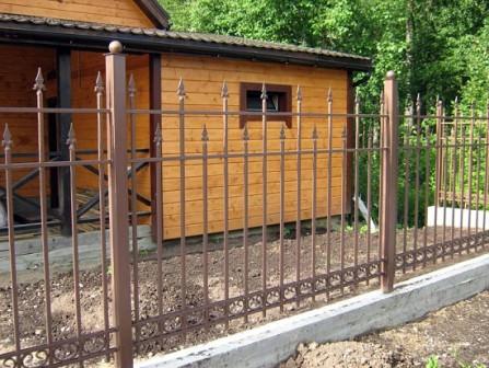 Кованые заборы для дачи: виды и преимущества