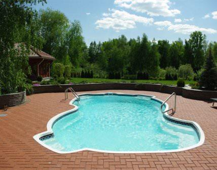 Сравнительно невысокая стоимость композитных бассейнов, простая чистка и минимальное использование химических средств очистки, позволяют повысить экономию средств