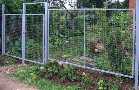 Металлические заборы для дачи: виды и преимущества