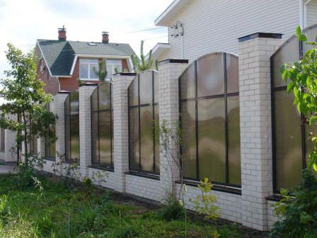 заборы из поликарбоната на даче