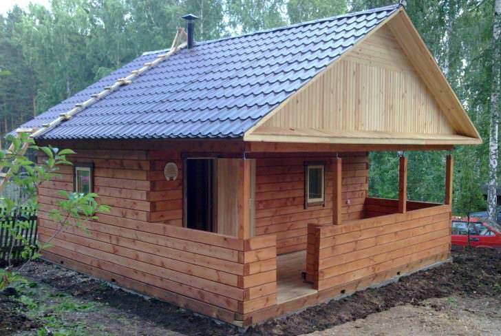 Наиболее правильно строить баню на заднем дворе, там, где нет сквозняков, в тишине деревьев