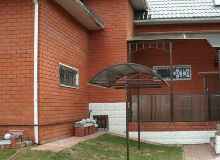 Уличная сушилка для одежды: металлическая конструкция с крышей из поликарбоната