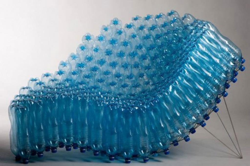 Пластиковые бутылки считаются мусором, но только не у дачников, которые умеют найти практичное применение всему