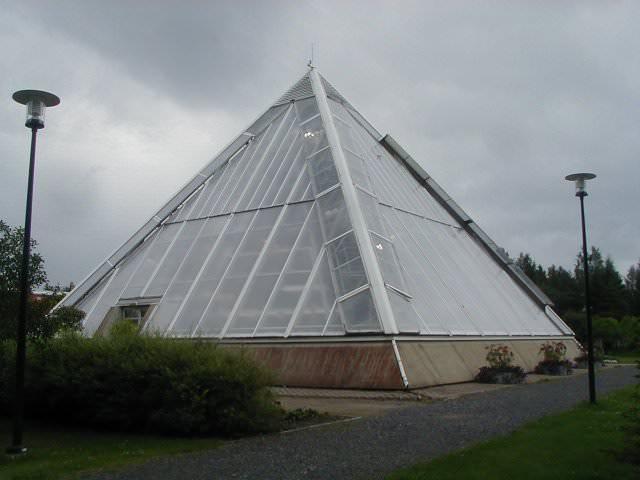 Пирамидальной форме приписывают много полезных свойств, обусловленных формированием в ней особого геомагнитного поля, которое вроде как оказывает благотворное воздействие