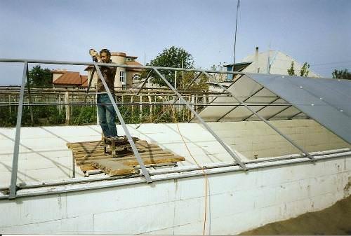 Высокопрочный фундамент и каркас, стойкая к погодным условиям конструкция, что позволяет без ущерба переживать различные температурные перепады, сильные ветра, дождь, снег, град, ураганы и прочее