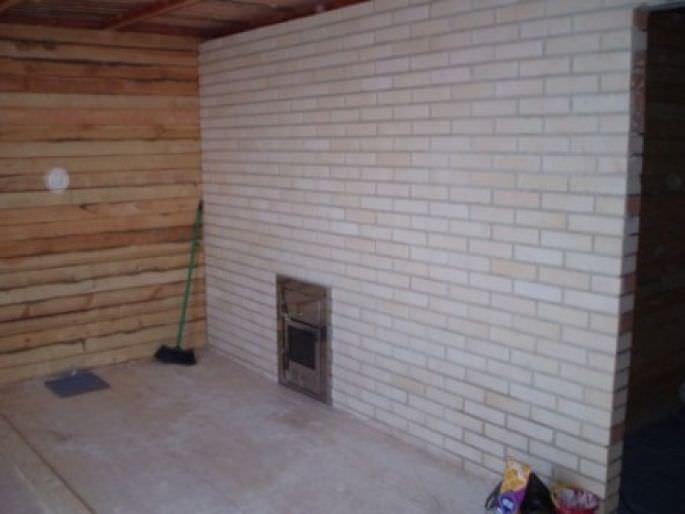 Внутреннее помещение бани на даче в процессе отделки