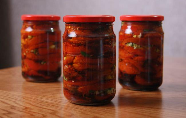 Этот рецепт предусматривает консервацию из различных сортов томата