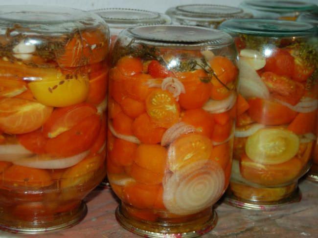 Рассол получается прозрачным, а помидоры яркими и красивыми