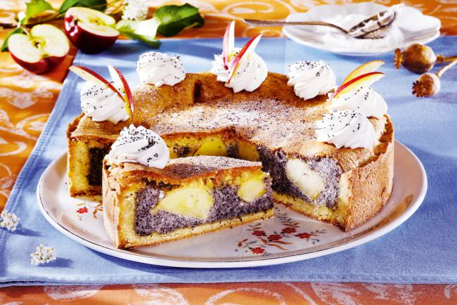 Пирог можно украсить кремом и кусочками фруктов