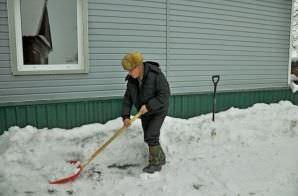 Уборка снега и льда на дачной территории зимой
