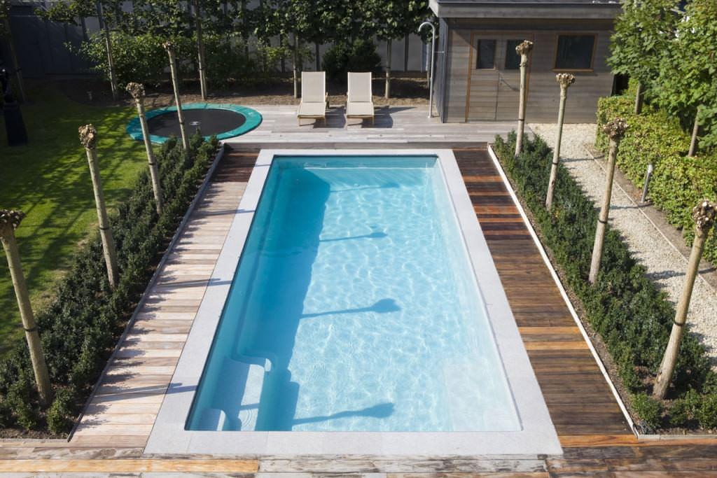 Вода в бассейне должна обеззараживаться также и с помощью химических средств