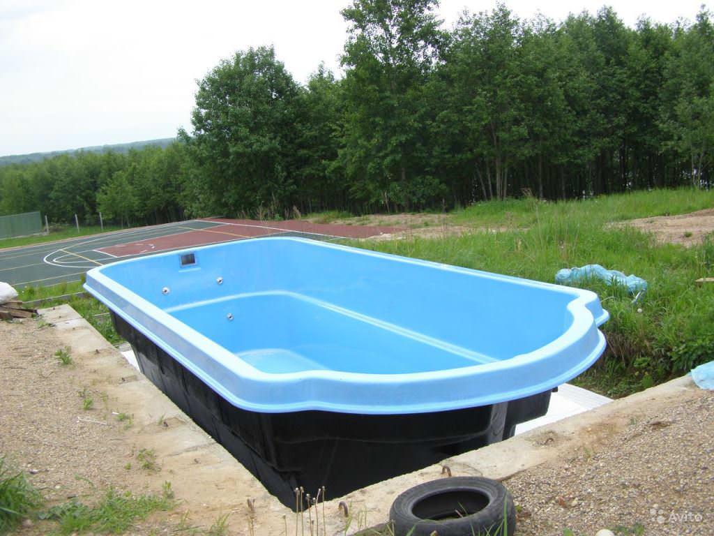 Стеклопластиковый бассейн надежный и долговечный. Выдерживает замерзание воды