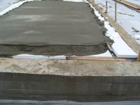 Цементный раствор заливается прямо по пенопласту