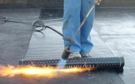 Гидроизоляция утепленной крыши происходит наплавляемым материалом, хотя изначально следует применить праймер