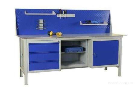 Удобный слесарный верстак с ящиками и полкой для инструментов