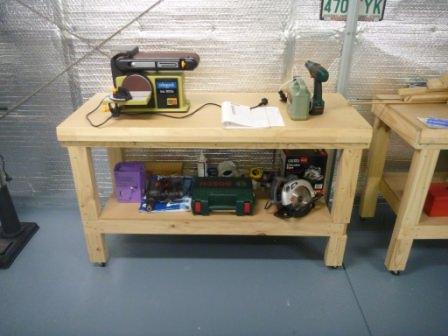 Оснащение верстака дополнительными инструментами и оборудованием происходит по собственному желанию и требованиям