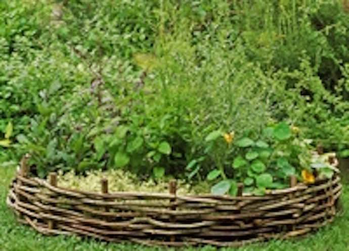 Высокие огороды с декоративными плетеными стенками — очень органично для дачи