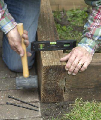Для выравнивания и уплотнения материала используем молоток