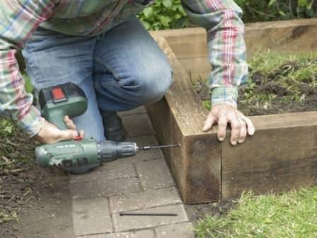 Создаем качественное крепление стенок высокого огорода