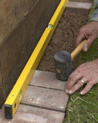 Используя необходимый инструмент и материал, завершаем оформление грядки