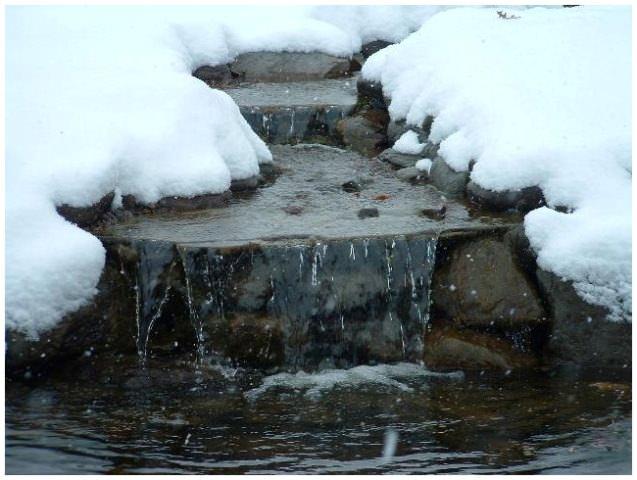 Перед появлением минусовой температуры глубокий пруд заполняется водой примерно на 2/3