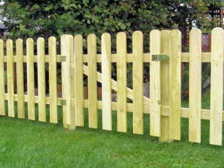 Забор из деревянного штакетника — отличное ограждение для дачи