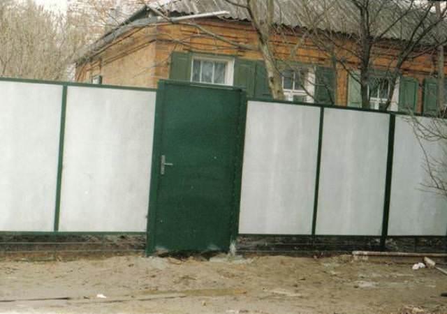 Забор всегда можно вовремя мыть и чистить, за счет чего он будет постоянно светло-серого цвета, ну или другого цвета, если вы выбрали материал с оттенком или покрасили его